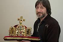 Umělecký šperkař Jiří Urban s replikou římské císařské koruny
