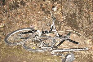 S projíždějícím vlakem se v březnu střetl teprve sedmnáctiletý cyklista. Na místě byl mrtev. Podle dostupných informací měl na uších sluchátka.