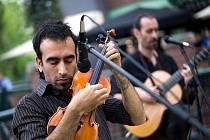 Argentinská skupina Zingaros. Její hudba vychází ze dvou různých žánrů: z tanga a rómské lidové hudby. Vzniká tak jedinečný styl, plný vášně a euforie rómských kořenů, které se spojují s melancholií a nostalgií argentinského tanga.