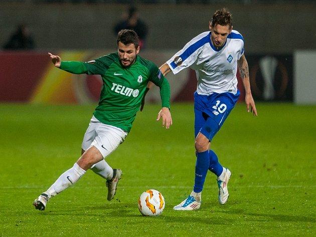 Zápas 2. kola skupiny K Evropské ligy mezi týmy FK Jablonec a FK Dynamo Kyjev se odehrál 4. října na stadionu Střelnice v Jablonci nad Nisou. Na snímku zleva David Hovorka a Mykola Shaparenko.