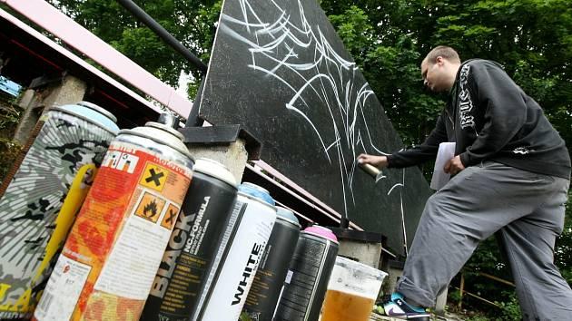 Tradiční malování sprejerů na desky v letním kině v Jablonci.