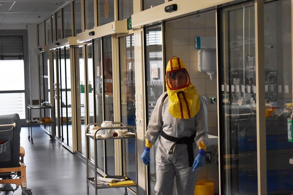 Jednotka intenzivní péče v Nemocnici Jablonec. Ve čtvrtek odpoledne tu měli 20 pacientů s těžkým průběhem onemocnění Covid-19.