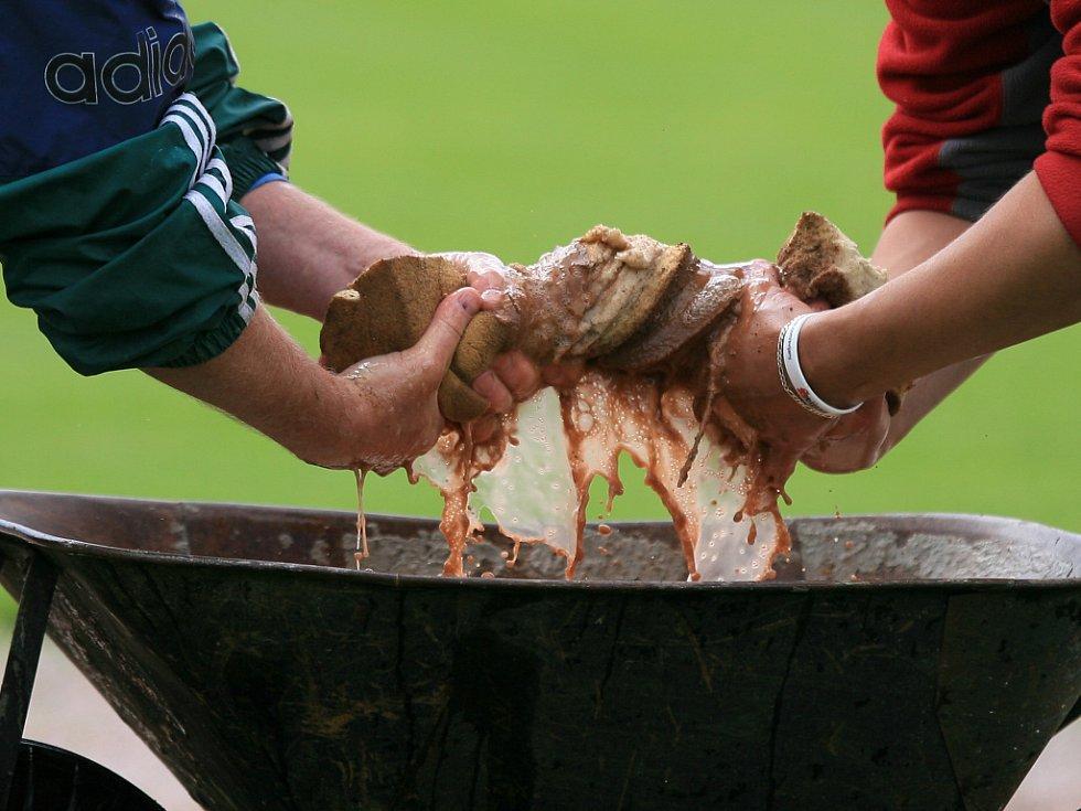 Mistrovství Evropy v baseballu 2012 odstartovalo. První den přirpavila starosti pořadatelům voda z prudkých dešťů.