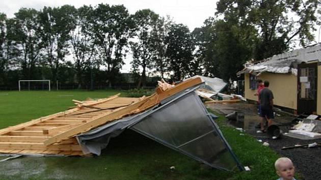 Řádění čtvrteční bouře na fotbalovém stadionu TJ Sokol Zásada připomíná apokalypsu. Přišli o novou střechu nad klubovnou. Škodu odhadují na čtvrt milionu korun.