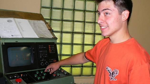 Jakuba Svobodu práce s CNC stroji teprve čeká. Celá třída však s nimi byla seznámena v prvním ročníku.