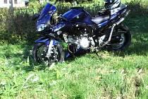 Motocykl zůstal takřka neporušen, řidič byl zraněn.