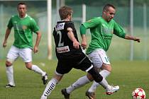 Fotbalisté Hodkovic (V černém) dokonale zaskočili Držkov a vyhráli 1:0.