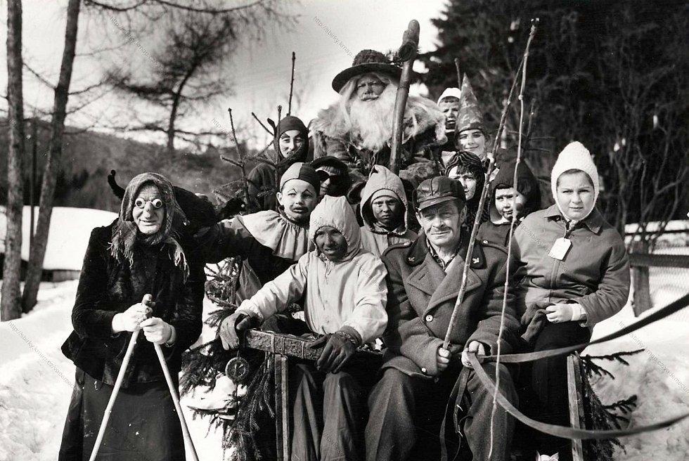 Historické fotografie Harrachova. Příjezd Krakonoše.