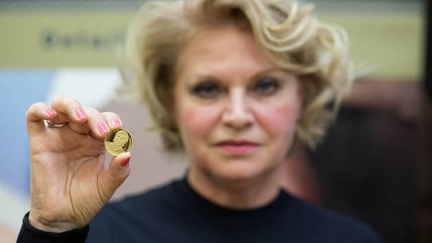 Liběna Hlinková první minci s portrétem svého zesnulého manžela na lisu také vyrazila a pak ji přítomní, spolu s olympijským vítězem Martinem Procházkou pokřtili sektem.