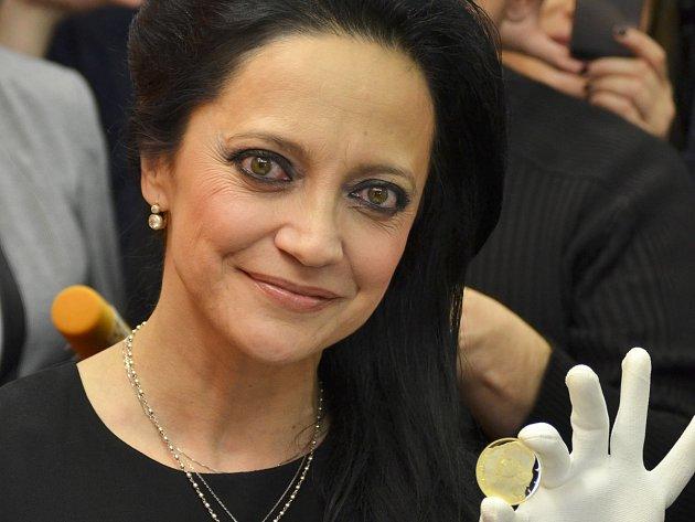 Lucie Bílá si v jablonecké České mincovně osobně vyrazila zlatou medaili se svým portrétem z cyklu Slavíci ve zlatě.