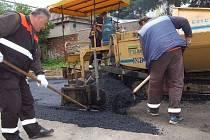 Pracovníci Technických služeb Jablonce pracují na rozšíření parkovacích ploch. Finální kryt však mají na starosti liberecké technické služby. Ty vlastní finišér, který Jablonec nemá.