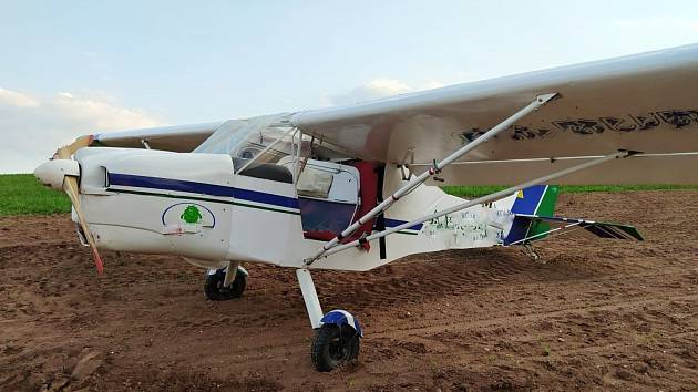 Letoun po nouzovém přistání u Nové Vsi nad Popelkou
