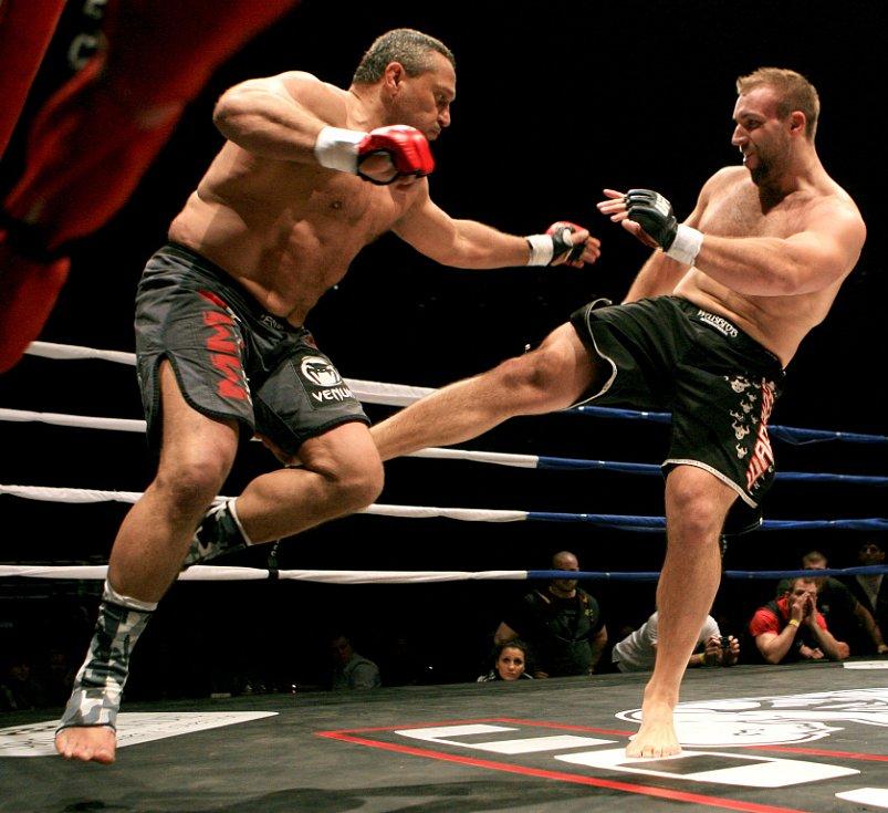 Night of Warriors v Liberci. Ivan Ivanka z Jablonce bojoval na galavečeru v MMA a soupeřem mu byl Zdeněk Ledvina (vpravo).