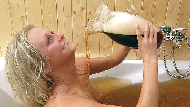 V Harrachově se mohou zájemci v pivu také vykoupat.