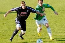 Jablonec nestačil na třetiligový tým HFK Olomouc (v černém) a prohrál 2:4. Na snímku se do útoku tlačí Tomáš Jablonský v souboji s Radimem Kopeckým.