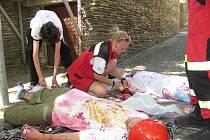 Velmi reálně namaskovala Jitka Kurfiřtová z jabloneckého ČČK tepenné krvácení po zranění motorovou pilou.