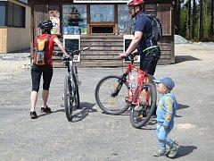 Turisté a cyklisté jsou v horách vítáni - ilustrační snímek
