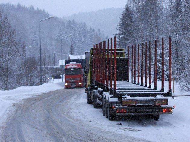 Hraniční přechod v Harrachově na Semilsku je uzavřený pro veškerou nákladní dopravu. Kamiony kvůli sněhu neprojedou po silnici 10 až do Tanvaldu. Podle odhadu Ředitelství silnic a dálnic zůstane hraniční přechod uzavřený asi až do středečních 4:00.
