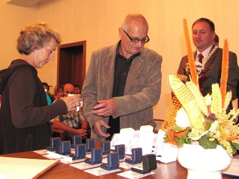 Na jablonecké radnici si zlaté medaile Dr. Janského a zlaté kříže za 40 a 80 bezpříspěvkových odběrů krve a krevní plazmy převzali dárci z Jablonecka.