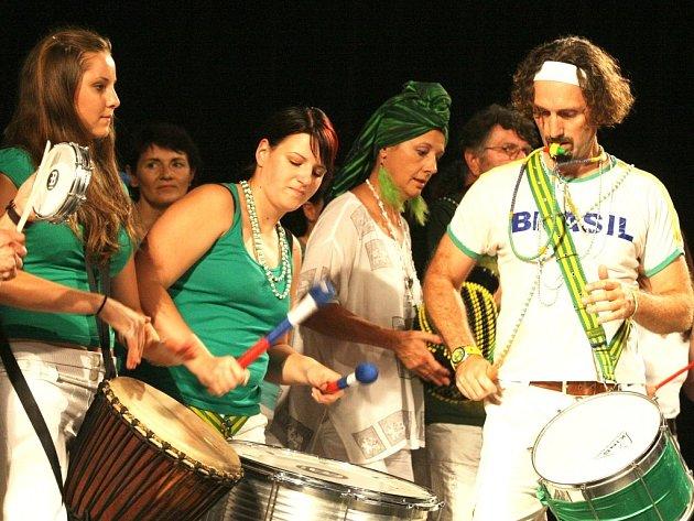 Miloš Vacík je zkušeným hráčem na bicí nástroje z celého světa, ve své sbírce jich má přes 200. Specializuje se na nástroje ostrova Kuby, Brazílie a západní Afriky, studoval u mistrů z Brazílie, Kuby, Afriky a USA.