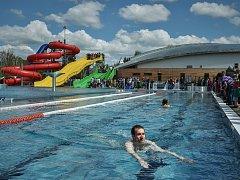 Bazén v Maškově zahradě v Turnově. V pozadí zimní stadion