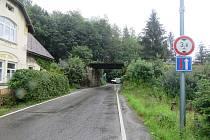 S hydraulickou rukou u nákladního vozidla řidič poškodil konstrukci železničního mostu.