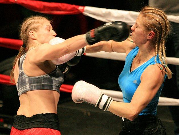 Night of Warriors v Liberci. Sandra Mašková a Anna Plavčanová (v modrém triku).