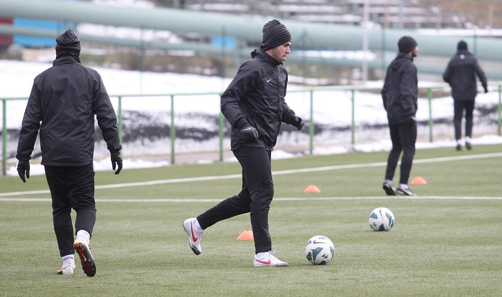 Fotbalisté Jablonce zahájili ve středu zimní přípravu. Na snímku Jakub Štochl vede míč při tréninku.