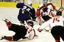 V prvním kole play off II. hokejové ligy vyhrála Česká Lípa v Jablonci 5:3. Na snímku domácí Daniel Stehno          (č. 24) překonává brankáře hostí Romana Matouška a vyrovnává na 1:1.