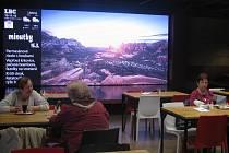 Kromě pekárny v přízemí se na začátku týdne otevřela v patře i jídelna, obchody s jídlem, ale i kavárna, kde můžete při kávě sledovat místo sportu či hudby zpravodajství regionální televize.