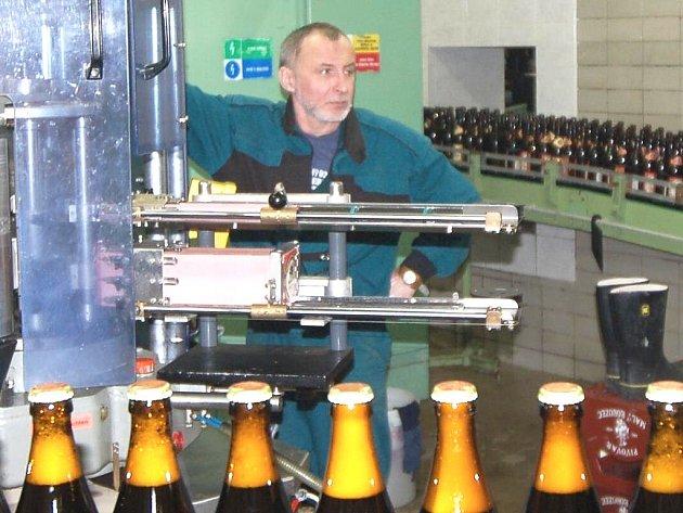 Pivovar Rohozec představil novinky. Současnou krizi nevnímá, stejně jako pivovar Svijany. Na snímku u plnícího pásu lahví Lubomír Šejda.