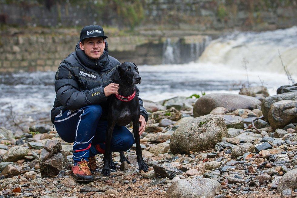 Musher Václav Vančura a jeho pes Čert na snímku z 25. října v Rokytnici nad Jizerou.