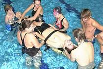 Vodní záchranáři přes zimu nespí, ale pilně trénují na letní sezónu v plaveckých bazénech v Jablonci i v sousedním Liberci. Vyzkouší i volnou vodu v Litoměřicích.