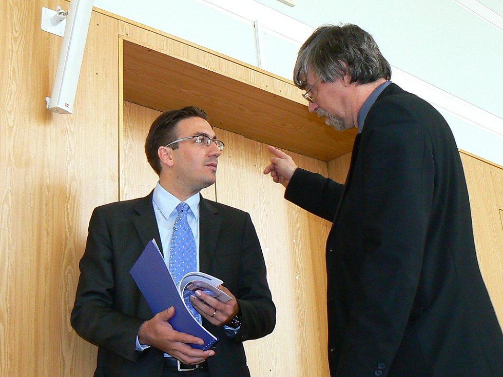 Projednávání výstavby obchodního centra. Generální ředitel skupiny Crestyl Omar Koleilat (vlevo) v rozhovoru s místostarostou Otakarem Kyptou.
