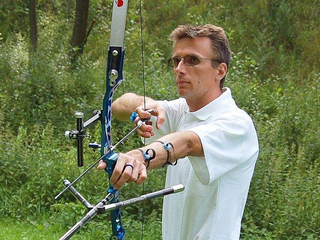 Liberecký olympionik. Martin Bulíř z Dynama při střelbě lukem.