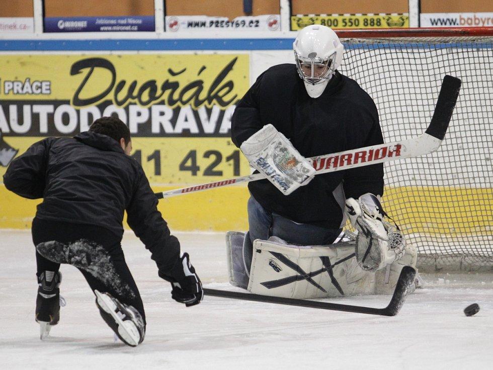 Fotbalisté Baumitu si zahráli hokej. Na snímku se dostal do zakončení Luboš Loučka (vlevo).