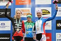 Jablonecká Nikola Nosková (uprostřed) předvedla na MS v Americe, jak jezdí čeští cyklisté, patří mezi světovou špičku.