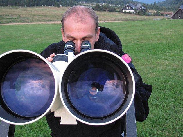 Hvězdičková noc na JIzerce. Na louce před muzeem rozkládají dalekohledy členové Klubu astronomů Liberecka. Na snímku Viktor Trnka.