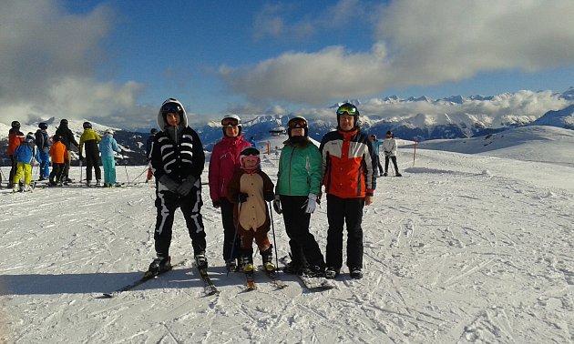 Jiří Mark se svojí rodinou na lyžích.