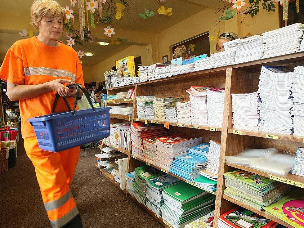 ŠKOLA VOLÁ! Papírnictví mají žně, největší nápor očekávají po 1. září. Přímo v centru Jablonce široký sortiment nabízí Optys, tady najdou zájemci i speciální potřeby pro výtvarnou činnost.