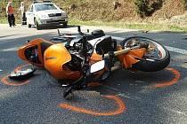 V zatáčkách mezi Železným Brodem a Loužnicí neděle 25. dubna. Pětadvacetiletý motocyklista v pravotočivé zatáčce nepřizpůsobil rychlost silnici a vyjel do protisměru. Čelně narazil do protijedoucího automobilu.