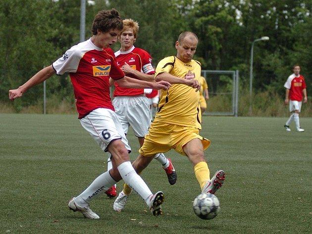 V okresním přeboru zvrátil Camel (ve žlutém) souboj s Pěnčínem B až v závěrečných minutách zápasu.