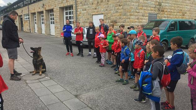 Děti z příměstského tábora navštívily semilské policisty.