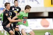 FK BAUMIT Jablonec remizoval s 1. FK Příbram 0:0. Na snímku domácí záložník Jan Kovařík (vpravo v zeleno bílém) si kryje balón před hostujícím Michalem Klesou.