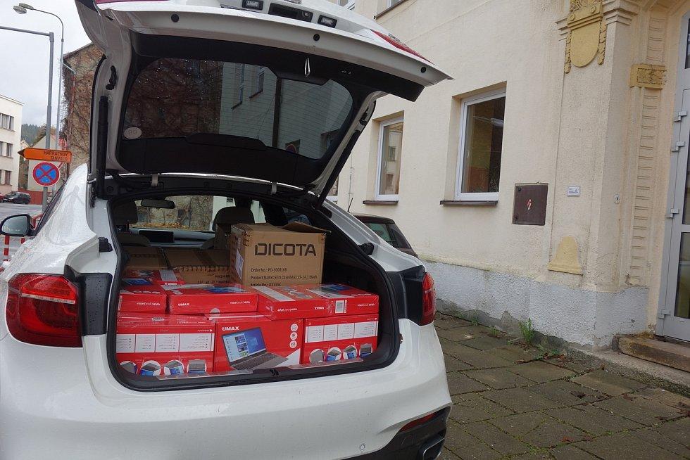 Radnice v Jablonci podpořila školy v distanční výuce. Připojily se i místní firmy.