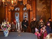 Pohádkové prohlídky na zámku Sychrově mají již mnohaletou tradici. Tentokrát na prodloužený víkend připravili průvodci a kastelán pohádku O Arvenské princezně. Další takovou akci pořádají opět na jaře. Sychrov je otevřený celoročně.