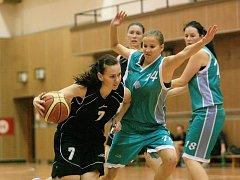 Basketbalistky Jablonce (v černém) porazily o víkendu Baník Most těsně 69:67.