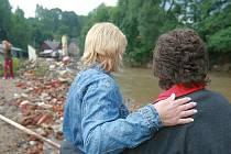V Nové Vsi u Chrastavy místní v neděli odklízeli škody po povodni.