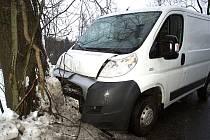 Nárazem do stromu ve Zlaté Olešnici skončilo v úterý odpoledne leknutí řidiče Fiatu Ducato.