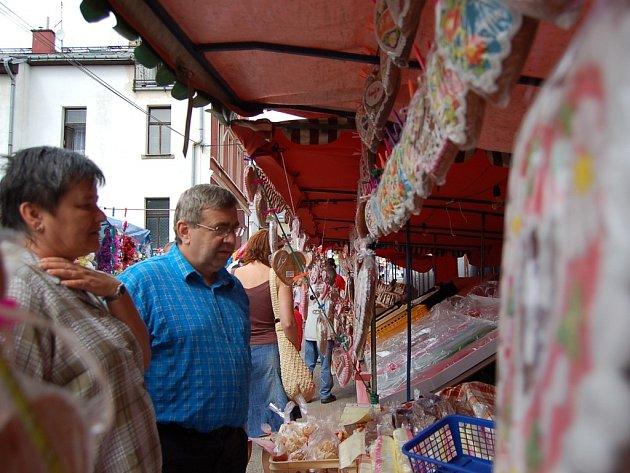 Na Smržovských slavnostech lidé měli tradičně zájem o pamlsky různých druhů, které v obchodech nenajdou. Nechyběl marcipán, kokosový kmen, želé a samozřejmě perníková srdíčka.
